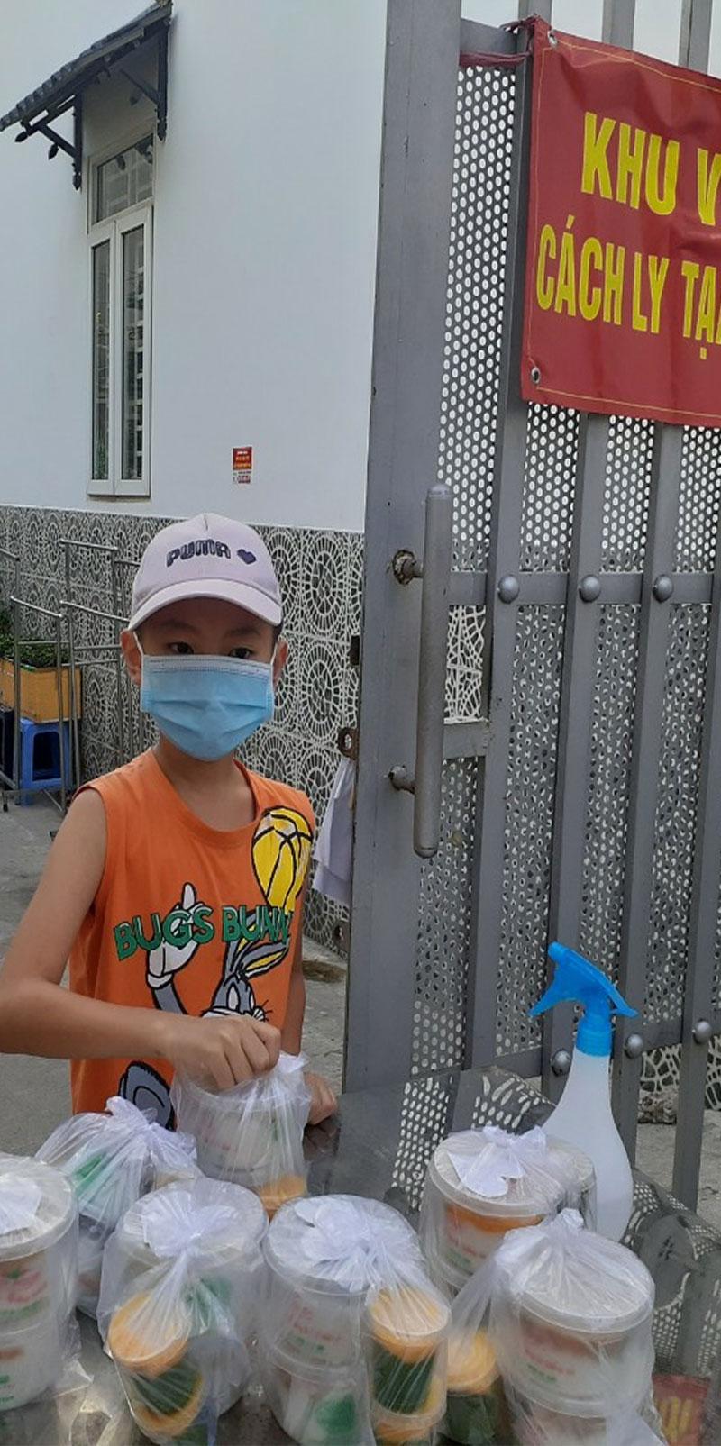 Việt Soup tặng cháo miễn phí bà con vùng dịch